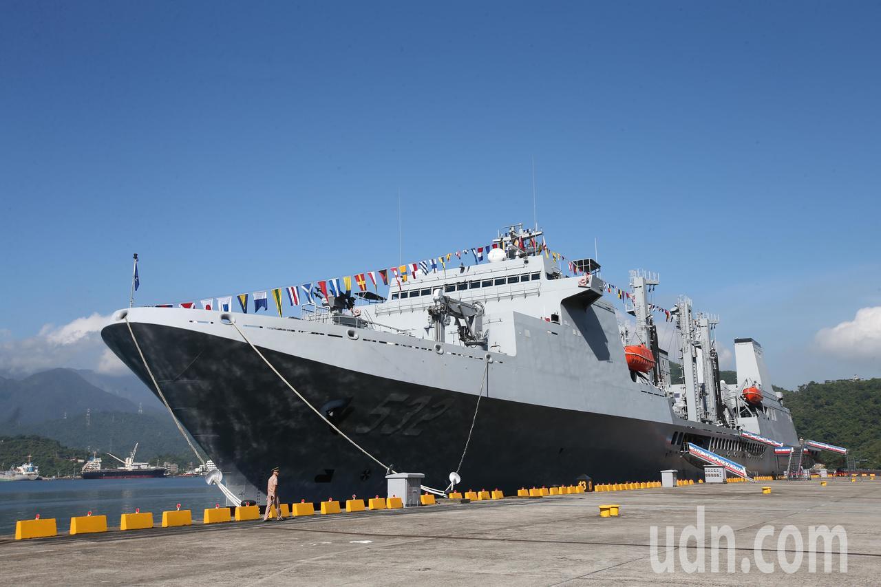 海軍蘇澳基地上午舉行開放預演,磐石艦等各式艦艇陳展。記者蘇健忠/攝影