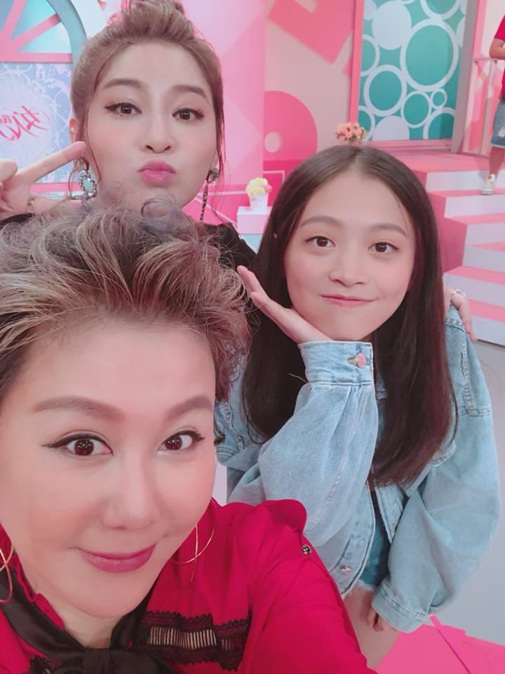 王彩樺(中)帶女兒上藍心湄(左)的節目。圖/摘自臉書