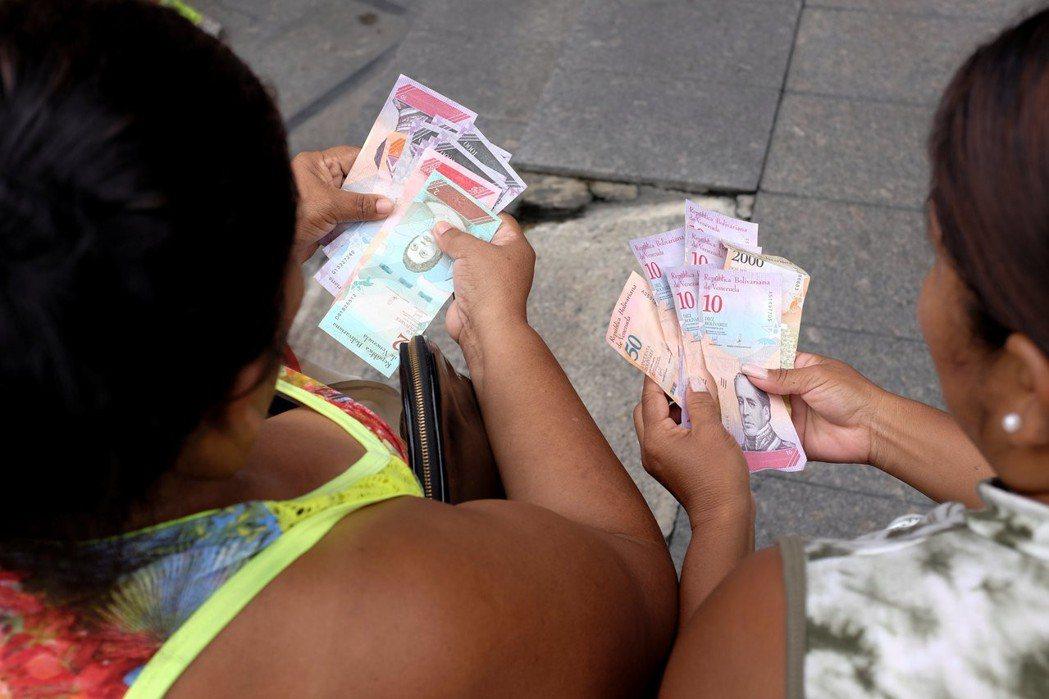 委內瑞拉首都卡拉卡斯的委內瑞拉銀行(Banco de Venezuela)外,民...