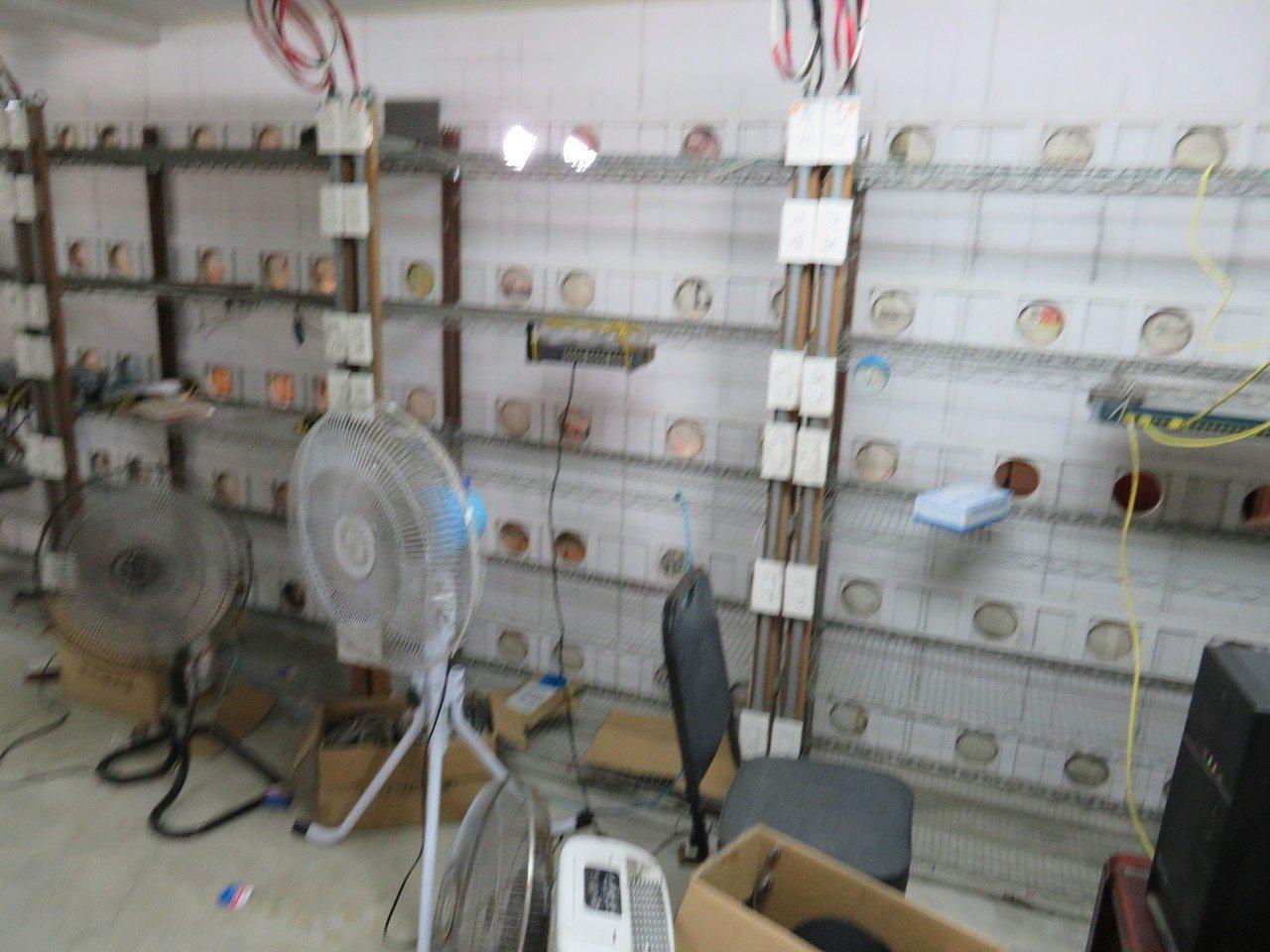 機房擺放大批比特幣挖礦機台,為散熱,多台大型電風扇全天候開著。 記者姜宜菁/翻攝
