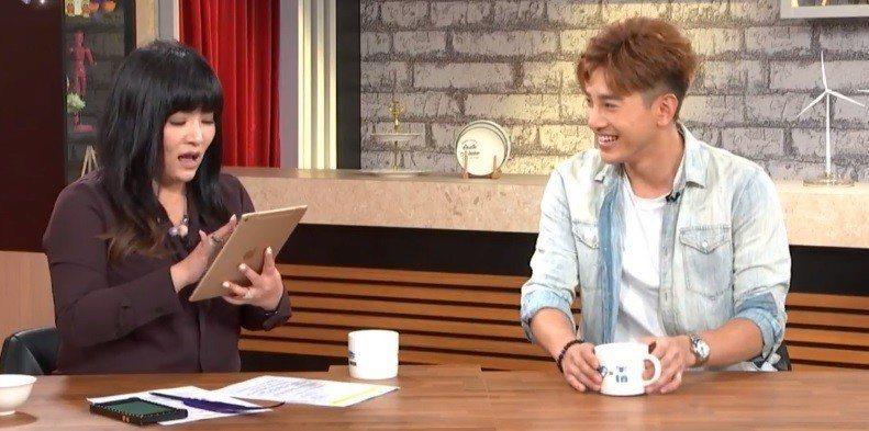 張立昂(右)上唐綺陽的直播節目前打點滴硬撐。圖/截自臉書