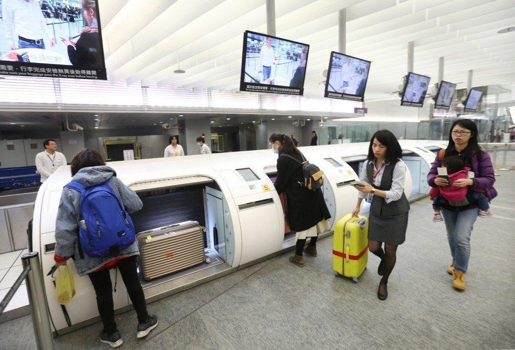 桃園機場捷運A1站的預辦登機跟預掛行李,現有華航、長榮、立榮、華信等4家國內航空...