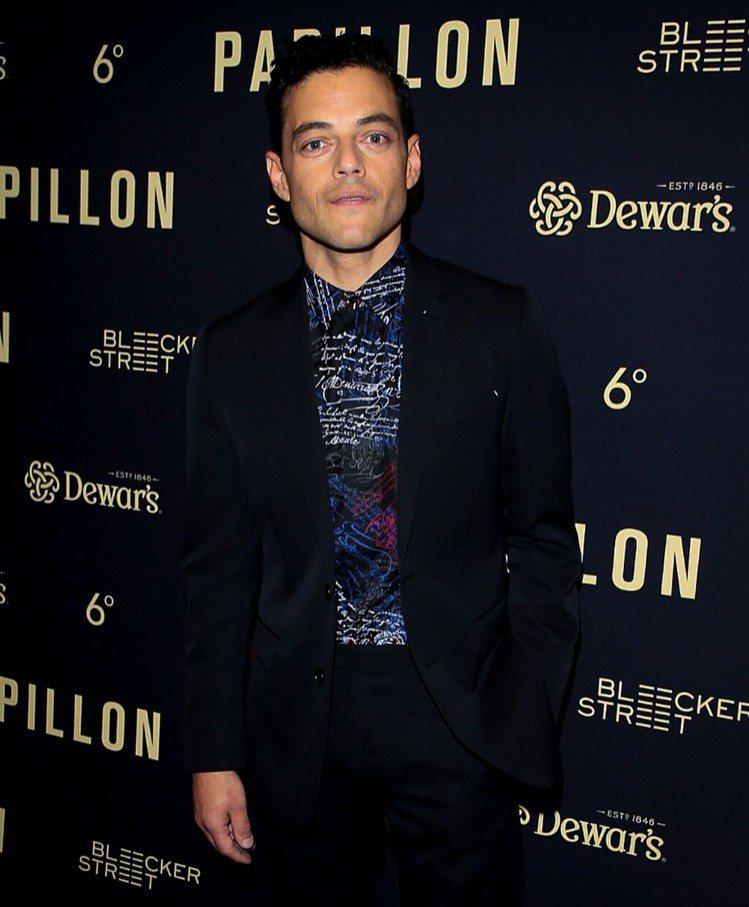 Rami Malek在《惡魔島》洛杉磯新片首映會紅毯上,身穿Berluti提供的...
