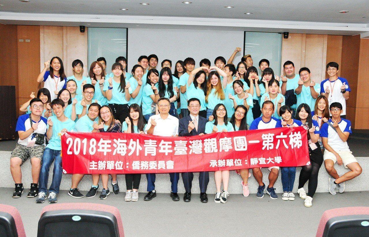 海外學員在靜宜大學和僑委會安排下,參觀古都、生態及文化創意景點中,體驗台灣的民俗...