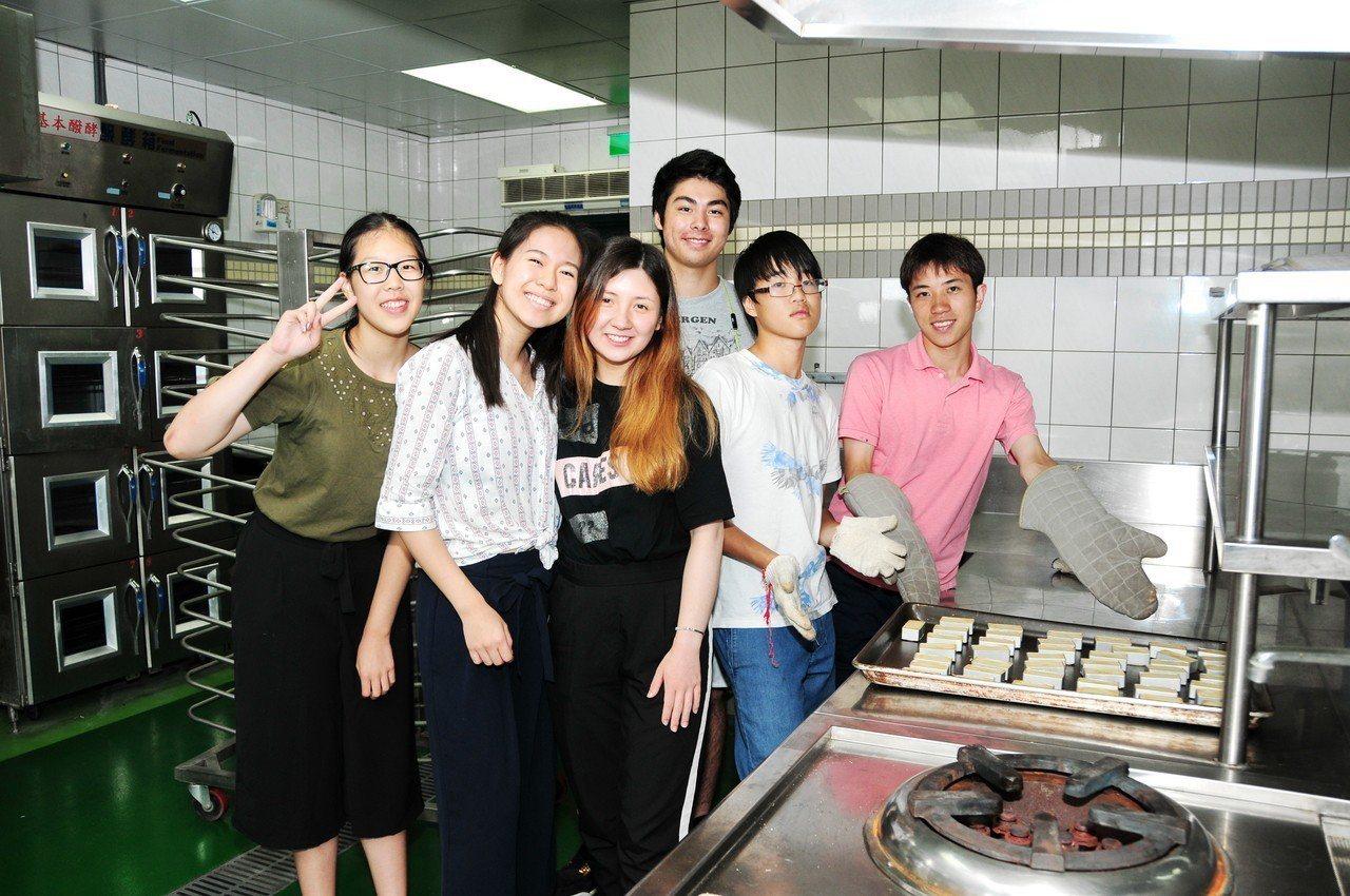 榮獲2017勵馨基金會「Formosa女兒獎」的方思穎(左二)表示,回美國後,將...