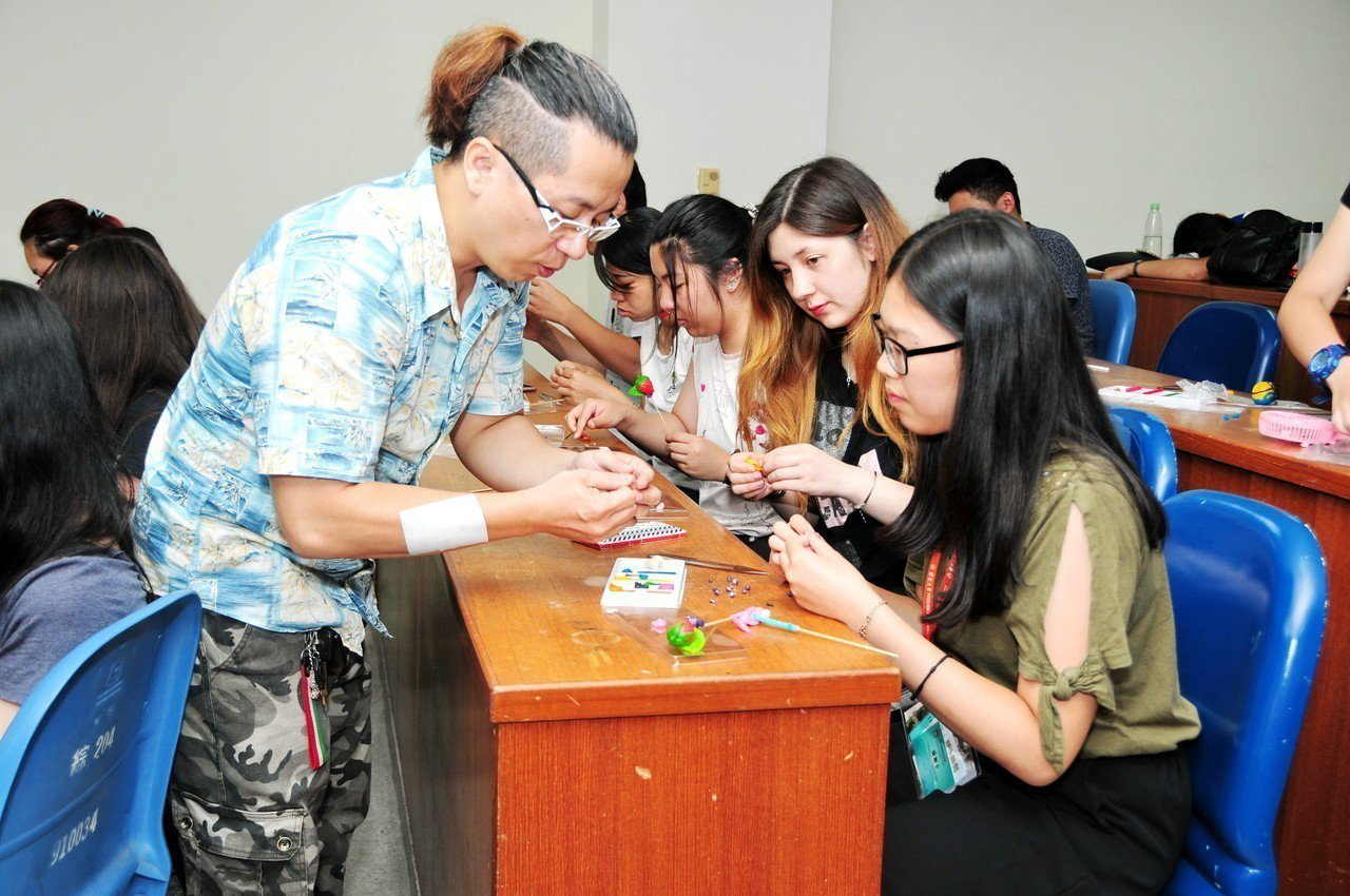 海外青年學員在各種體驗課程中,發現民俗藝術及台灣之美。圖/靜宜大學提供