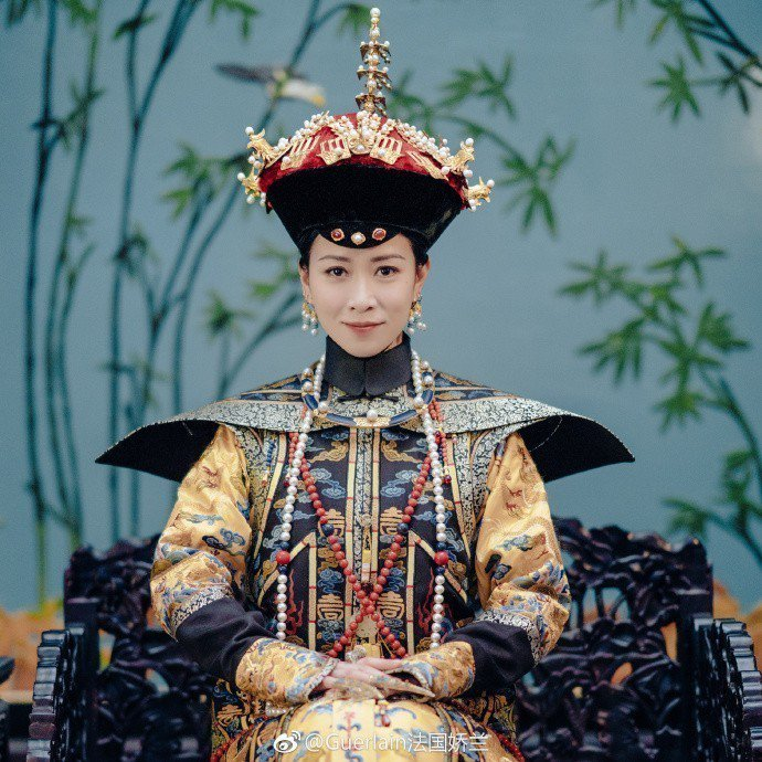 佘詩曼所扮演的嫻妃,由佛系妃嬪,「黑化」成性格扭曲的狠角色。圖/摘自嬌蘭微博
