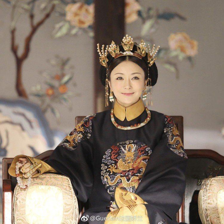 秦嵐飾演的富察皇后,美麗善良被封為劇中的「白月光」。圖/摘自嬌蘭微博