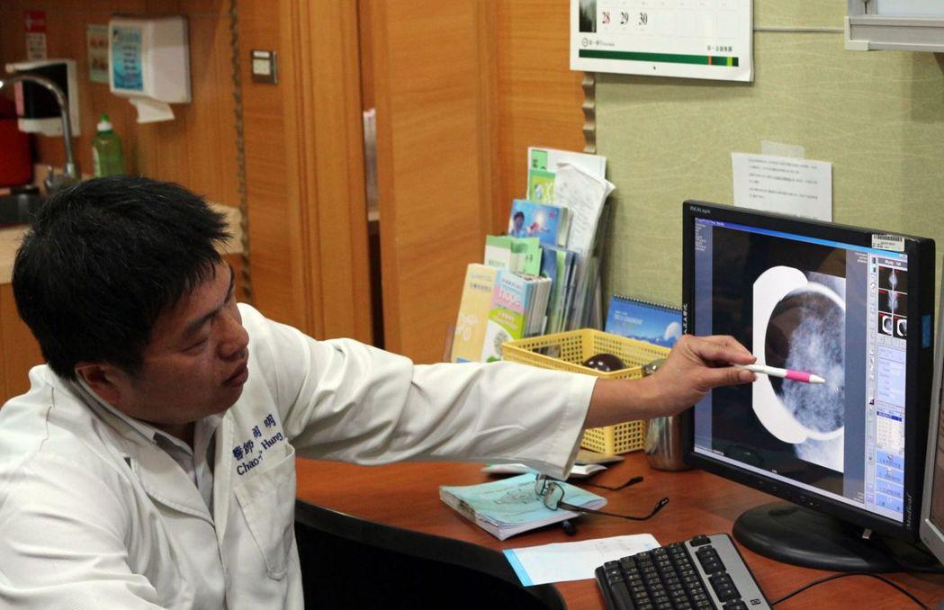 義大癌治療醫院院長洪朝明表示,懷孕期間罹患乳癌的比率約3%,孕婦往往為了保胎與否...