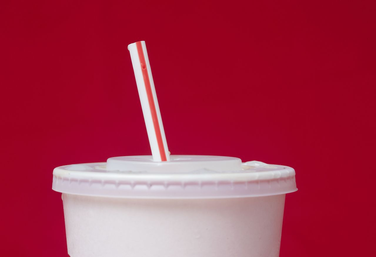英國和愛爾蘭麥當勞宣布棄用塑膠吸管、改用紙吸管,為紙吸管製造商帶來商機。(圖/美...