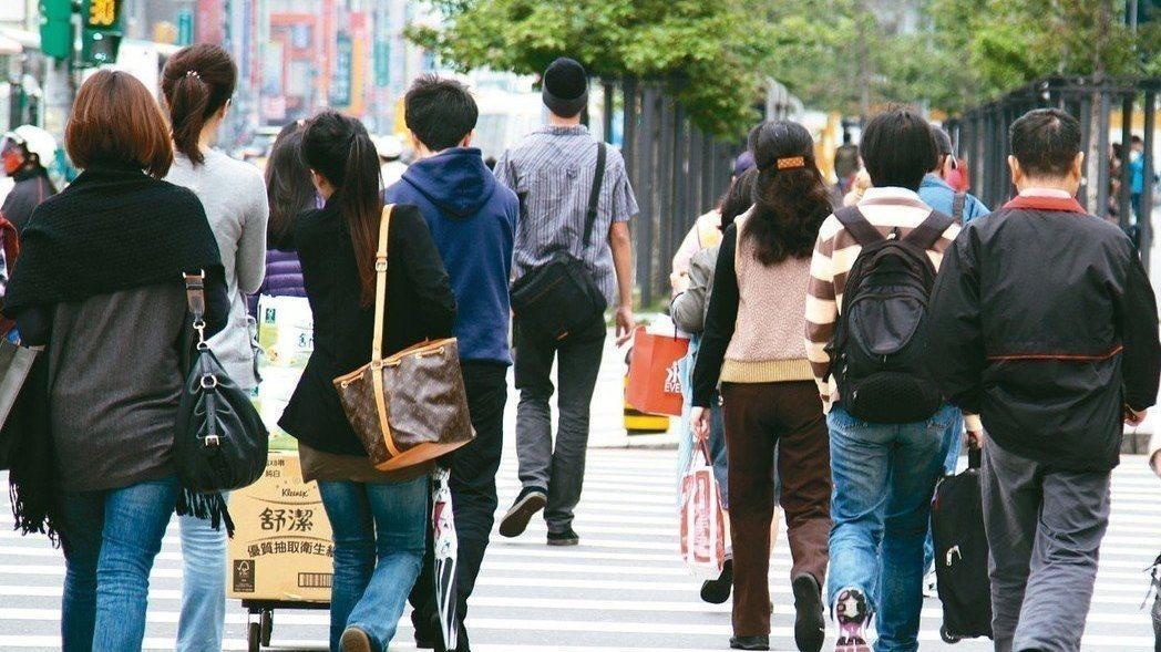 1111人力銀行今(27)日公布「前進傳統產業意願調查」,發現有將近七成九的上班...