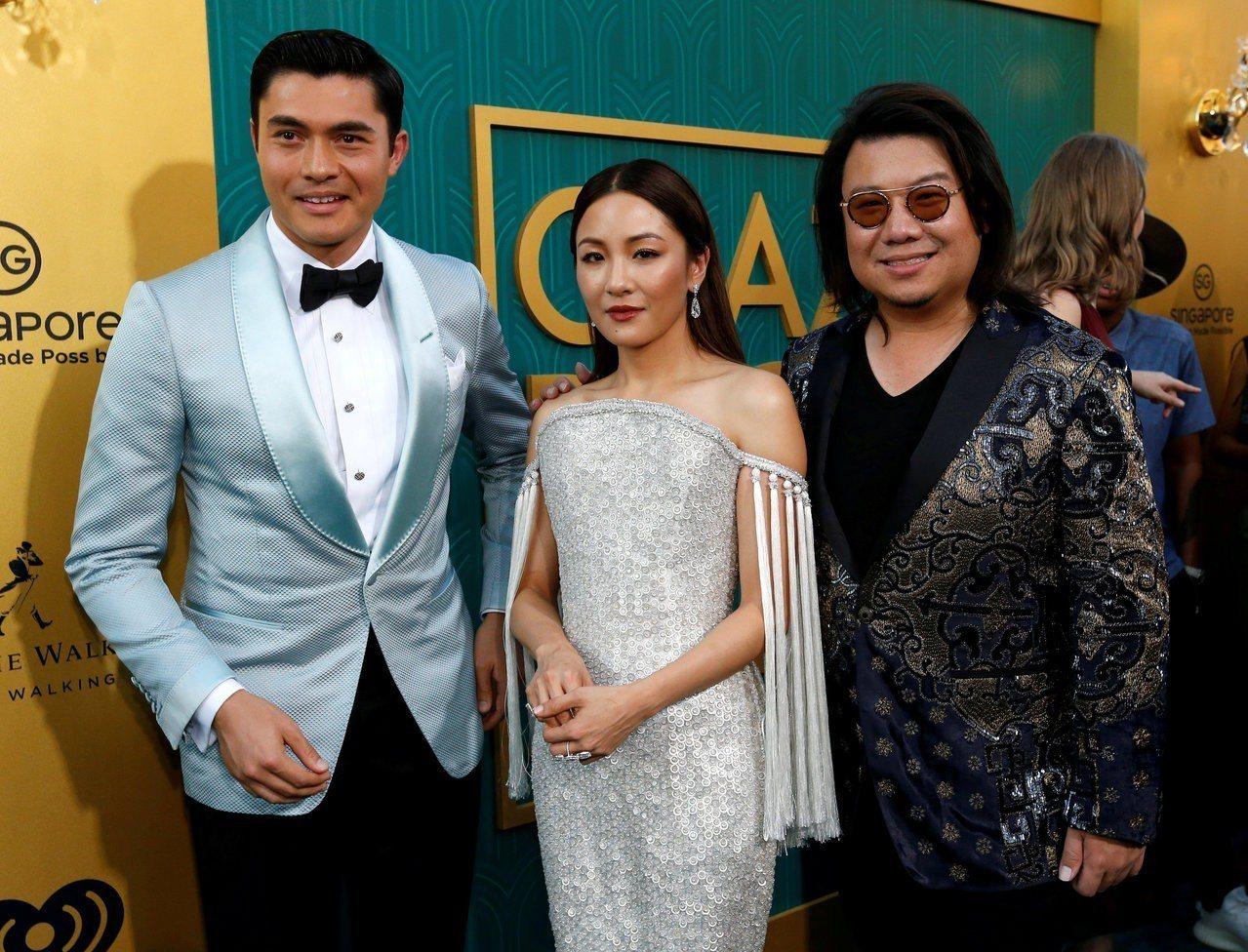 關凱文(右)7日在加州洛杉磯出席《瘋狂亞洲富豪》電影首映會,並與男女主角合影。路...
