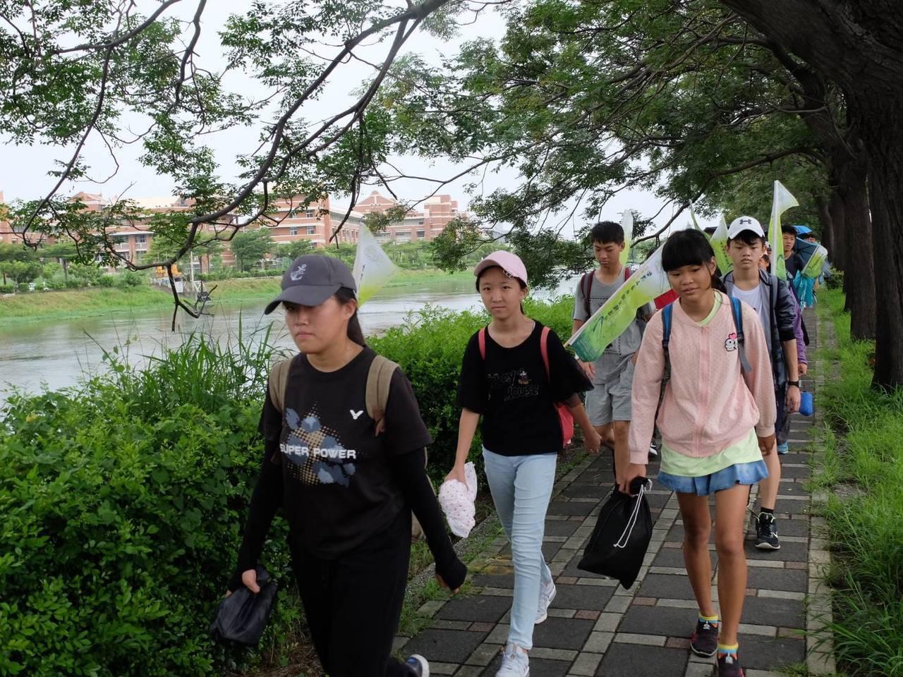 台南社大台江分校今天帶領孩子踏查家鄉的母親河曾文溪。圖/台江分校提供