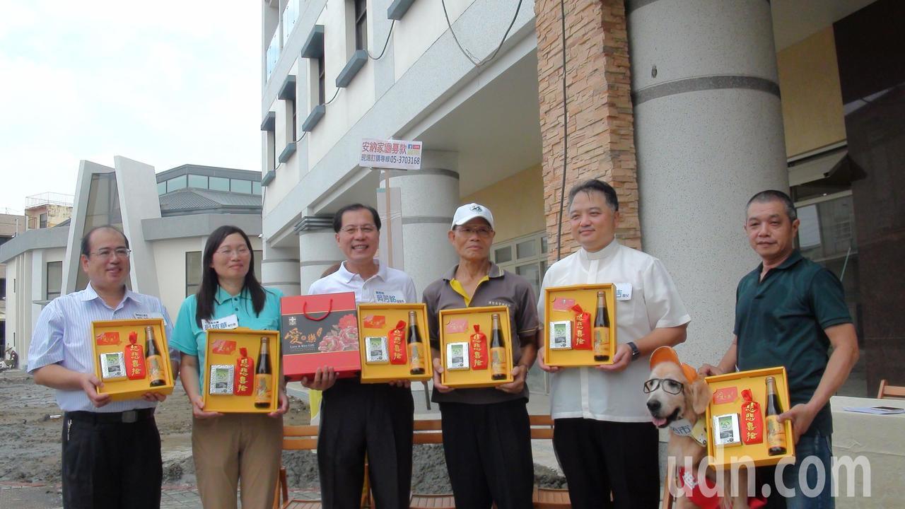 籌建安納家園的愛米樂健康禮盒直播義賣。記者謝恩得/攝影