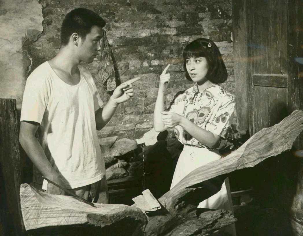 林鳳嬌和鍾鎮濤主演、李行執導的「小城故事」,電影與歌都經典。圖/報系資料照片