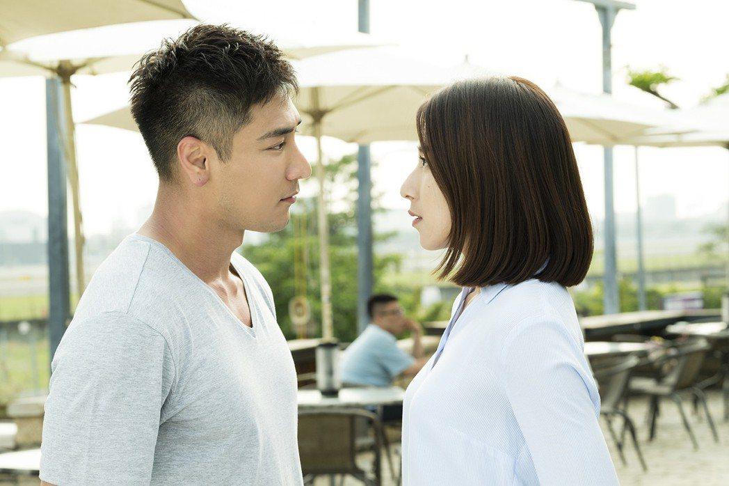 楊晴(右)與羅平在「女兵日記」狂放閃。圖/TVBS提供