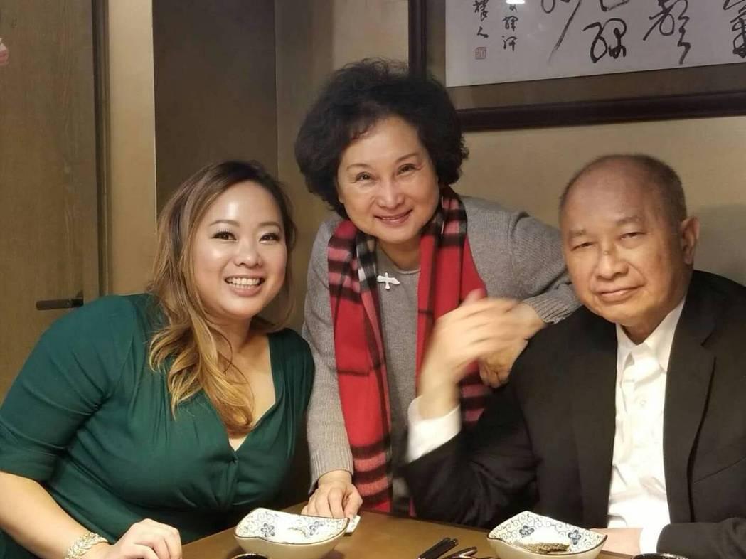 吳飛霞(左)和名導爸爸吳宇森(右)、媽媽聚餐。圖/倪有純提供