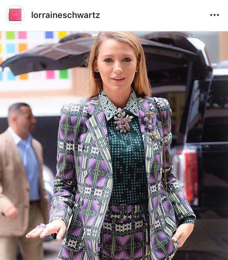布蕾克將Bottega Veneta的印花西裝短褲套裝搭配Lorraine Sc...