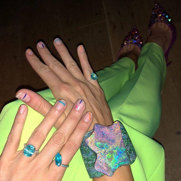 布蕾克螢光鮮黃的Versace男裝,搭配蛋白石、帕拉伊巴碧璽等螢光系珠寶,成功吸...