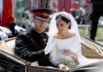 英國皇室果然是現實世界的肥皂劇家族,各種令人意想不到的愛恨情仇天天都在上演。才成為薩塞克斯公爵夫人3個月的梅根,已經受到父親湯瑪斯、異母兄姊小湯瑪斯、珊曼莎的接連炮轟,原來她與父親在婚前疏遠後至今未...