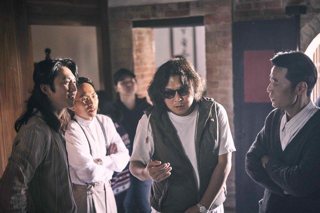 吳慷仁(左起)、巫建和、導演許肇任、吳朋奉在現場認真討論劇情。圖/公視提供
