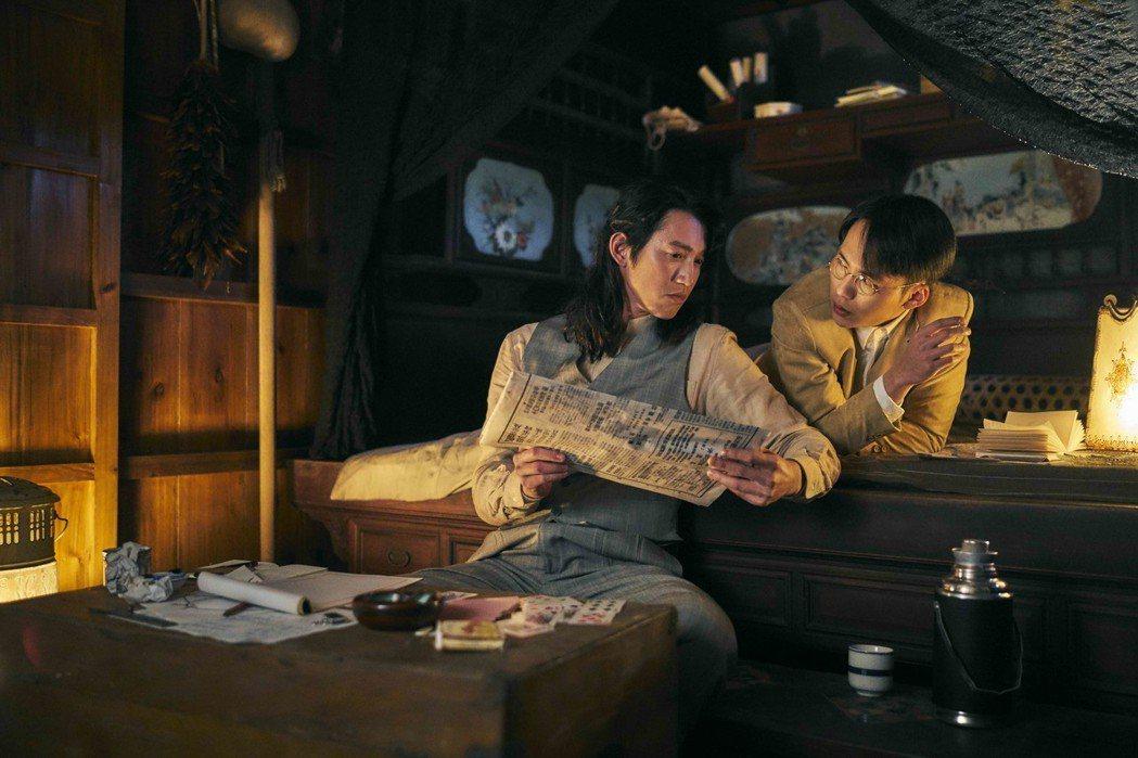 吳慷仁(左)、巫建和當偵探辦案被讚帥氣。圖/公視提供