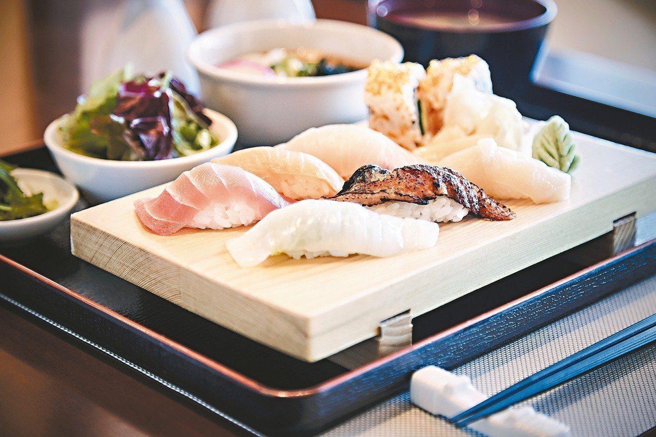 「海壽司餐廳」由國際一流壽司師傅坐鎮,善用當次到訪港口的新鮮漁貨料理,海上可品嘗...