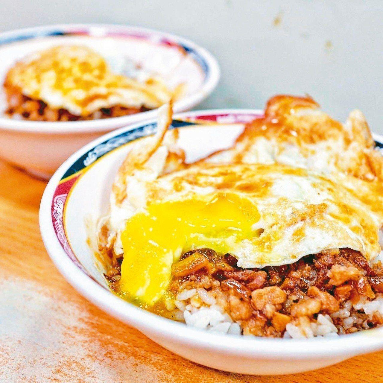 天天利美食坊的特色以滷肉飯搭配半熟蛋,讓整體風味更加提升。 圖/網友evalin...