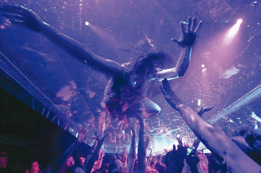 極限震撼舞者隔著透明帆布,與觀眾零距離近身互動。 記者 侯永全/攝影