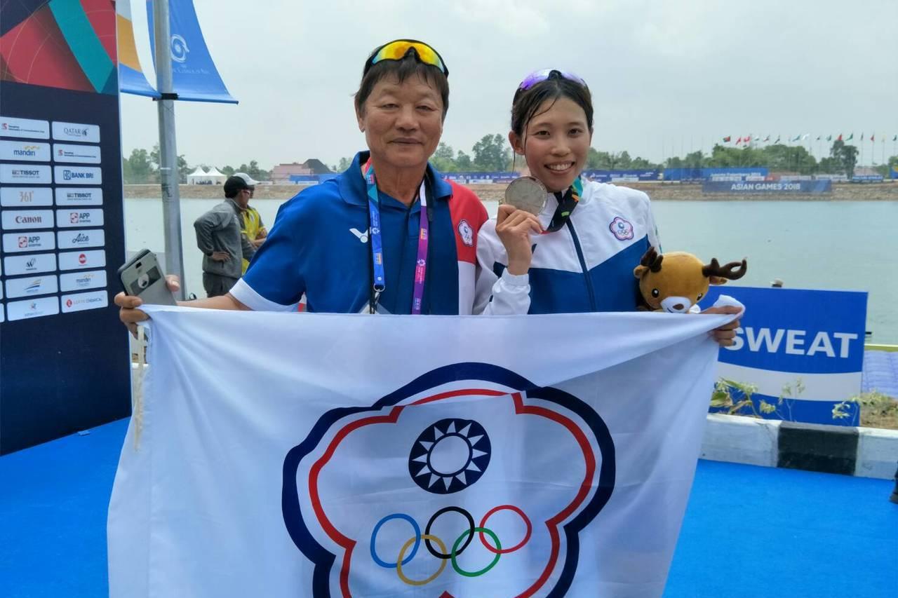划船國手黃義婷,今天在女子單人雙槳項目決賽,以8分16秒14成績摘銀,賽後與教練...