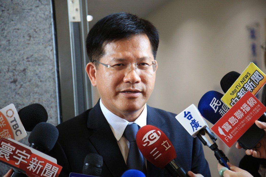 台中市長林佳龍昨請幕僚代為領表,不過一開始錯領成議員登記表,發現後才再去補領市長...