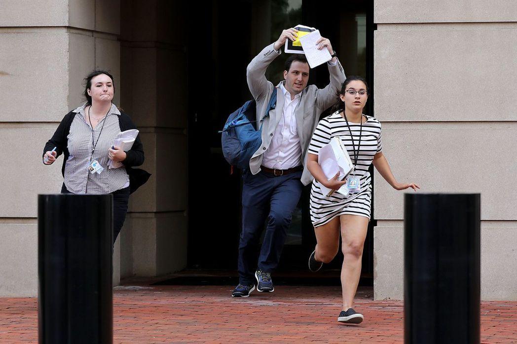 馬納福被判有罪後,記者紛紛跑出法院報導。 (法新社)