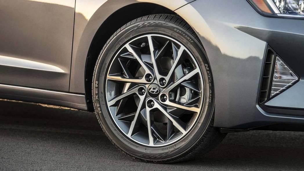 小改款Hyundai Elantra的鋁圈也重新設計,並有15~17吋尺寸可選擇...