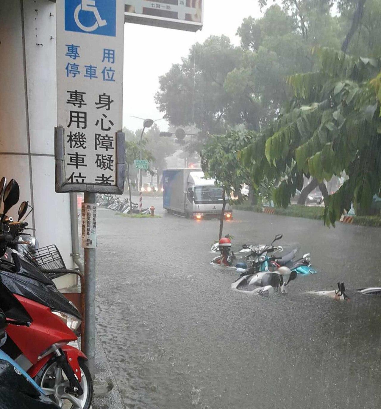 高雄市23日瞬間強降雨不斷,造成多處積水成災,路上有多部汽機車拋錨。圖為新興區民...