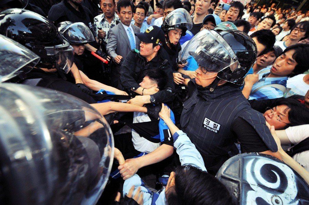 事實上,在更早的2008年,保守派的李明博總統上任才兩個月時,首爾市中心出現了規...