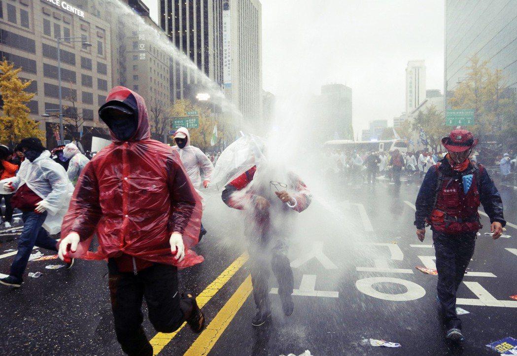 檢討方案中,也明定應樹立符合國際人權基準的保護集會示威準則,同時禁止水車、水炮(...