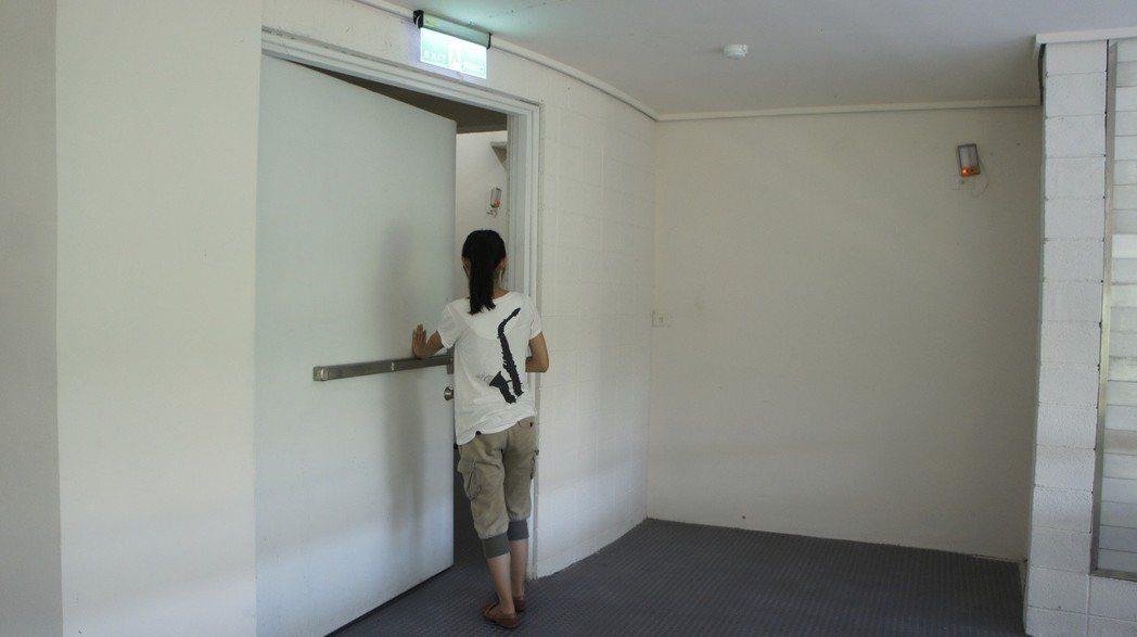 許多社區安全門都只能從內往外 圖片來源/聯合報系 莊旻靜/攝影
