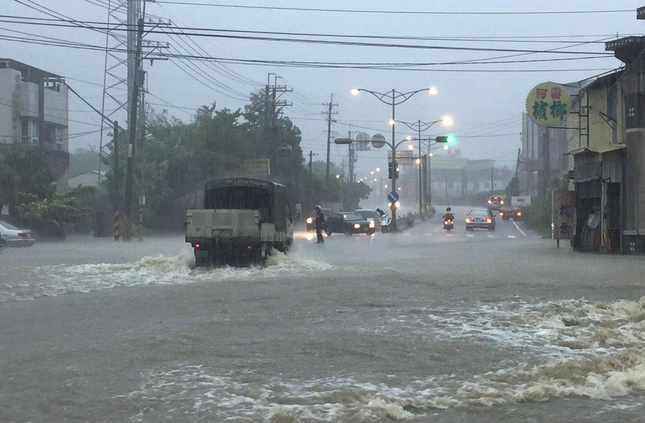 高雄市燕巢區橫山路淹水,貨車疾駛通過淹水區,轎車走不了。 記者林保光/翻攝