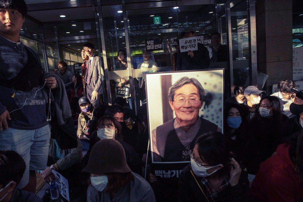 在白老先生遭水柱擊中,緊急送往首爾大學醫院後,青瓦台和警方都曾直接介入並指揮白老...