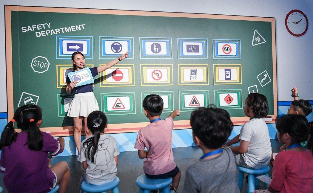 安全部關卡教導小朋友如何正確辨別交通標誌。 圖/汎德提供