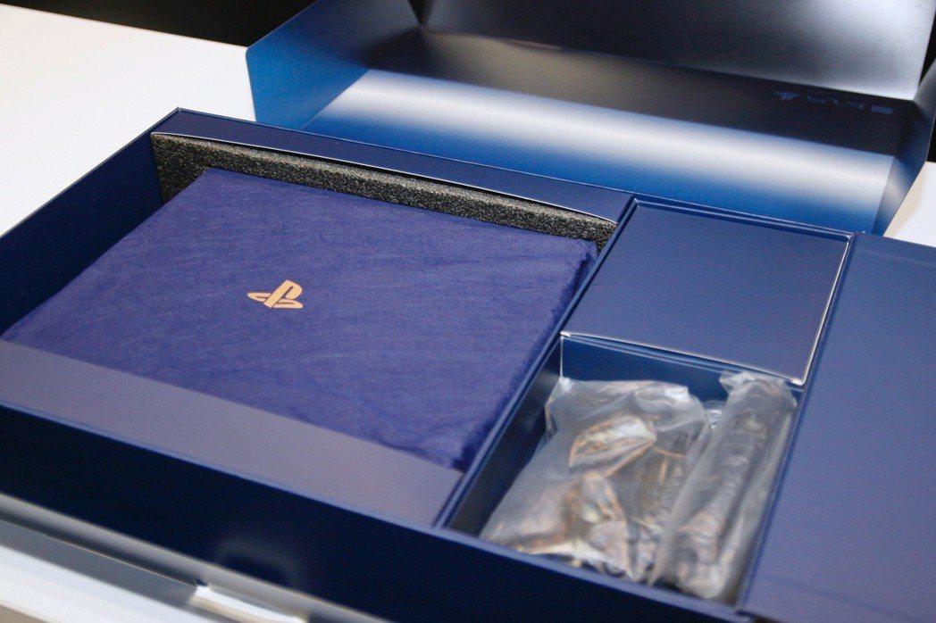 外盒打開後,仍有一層防塵套保護著珍貴的限定機。