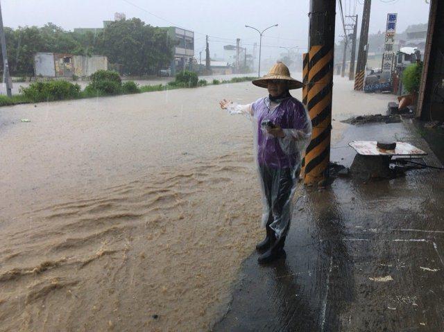高雄大寮區內坑路淹水。 記者劉星君/翻攝