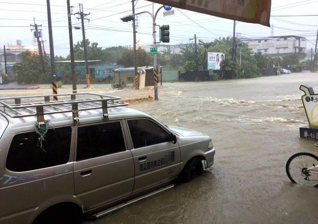 高雄市燕巢區橫山路淹水,水淹半個輪胎。 記者林保光/翻攝