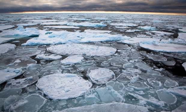 因全球暖化日益嚴重,北極最厚冰層於今年出現2次裂縫。圖擷自《The Guardi...