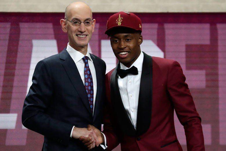 塞克斯頓(右)在今年NBA選秀第一輪第8順位被克里夫蘭騎士選中。 歐新社資料照片
