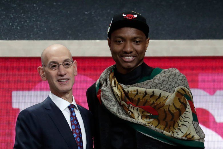卡特(右)在今年NBA選秀第一輪第7順位被芝加哥公牛選中。 歐新社資料照片