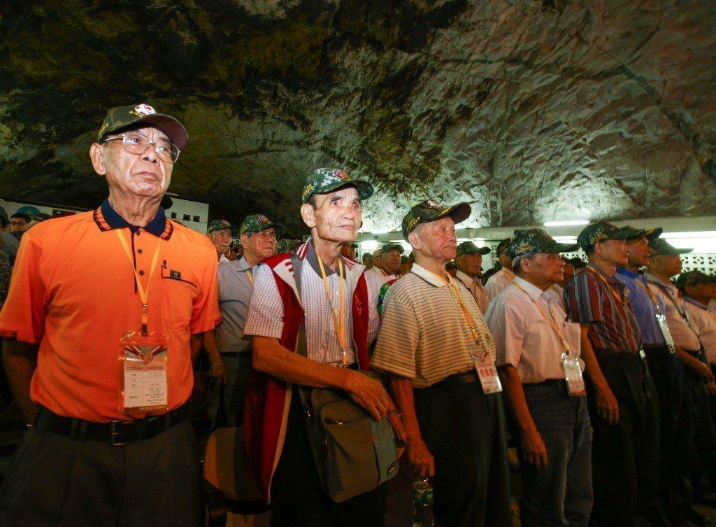 國防部在金門擎天廳舉行八二三戰役60周年紀念活動,圖為當年參戰官兵。 圖/聯合報...
