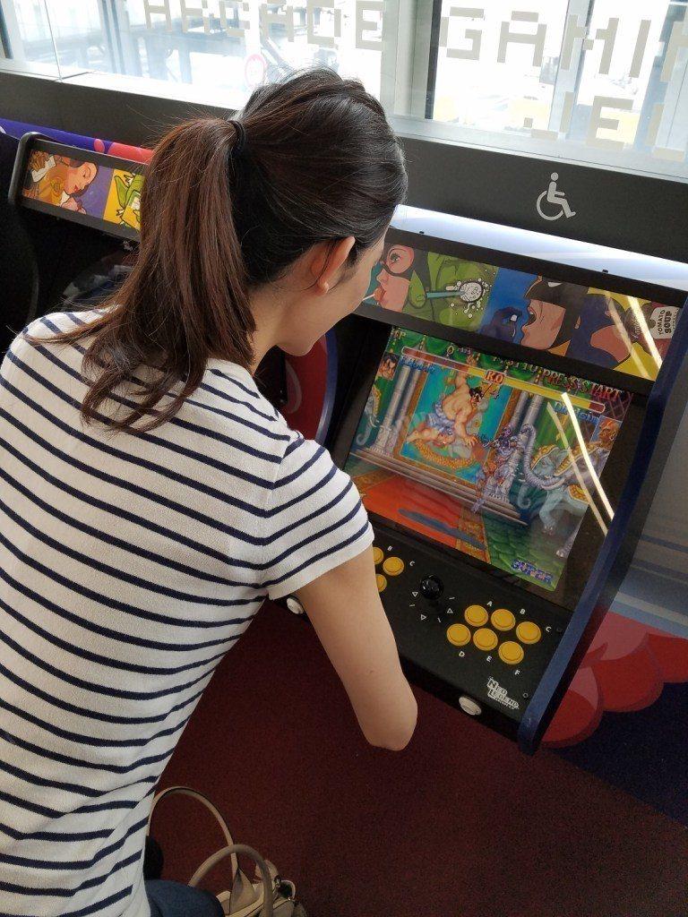 老婆大人在登機前,居然還在玩登機門附近的電玩(快打旋風) 圖文來自於:TripP...