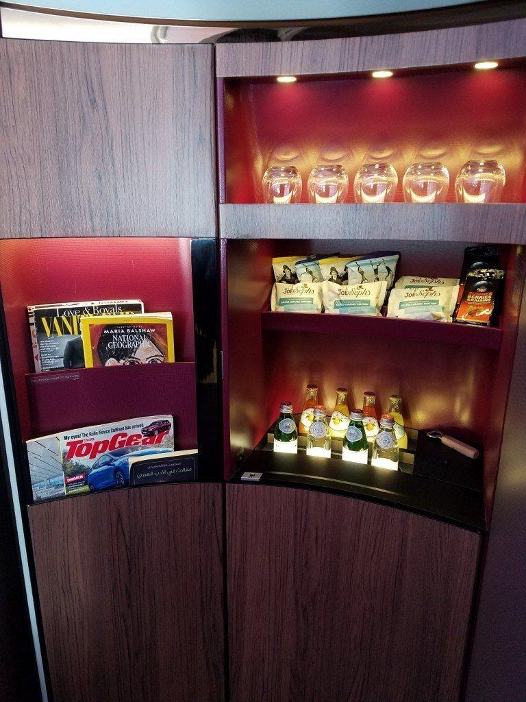 頭等艙前方擺設的飲料/零食與書報櫃 圖文來自於:TripPlus