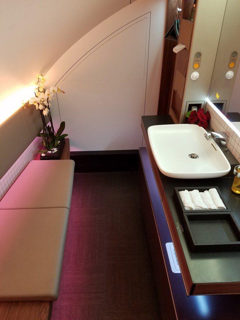頭等艙的廁所,真的很大! 圖文來自於:TripPlus